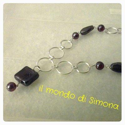 collana a cerchi color argento e perle di vetro rosso con pendente