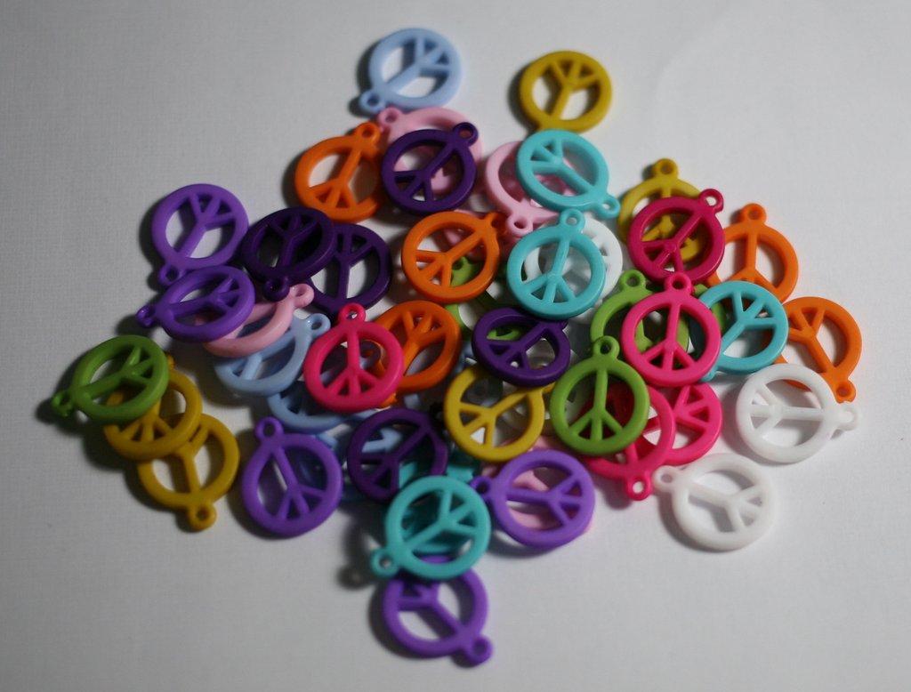 50 ciondoli in resina colorata peace&love. 50 swing in colorful resin peace