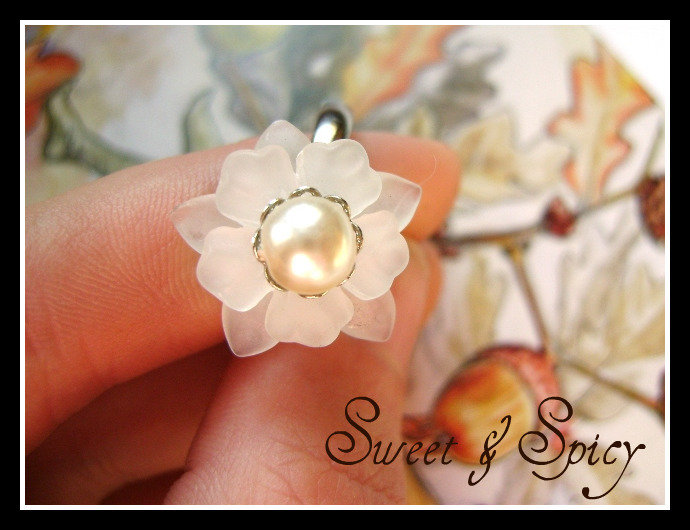 FLOWERS COLLECTION-WHITE PEARL RING -ANELLO CON FIORE IN RESINA E PERLE
