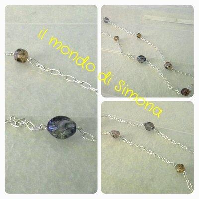 collana con maglia catena piccola color argento e pietre di vari colori e forme
