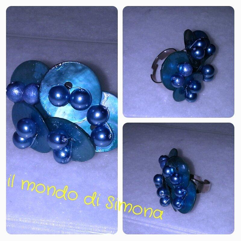 anello con bottoni di madreperla azzurri e perle
