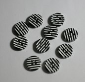 Bottoni zebrati bianco/neri. Buttons to lines white/black.
