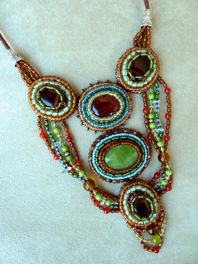 """Collana con pietre e perline fatta a mano con tecnica embroidery  """"Terra! Terra!"""""""