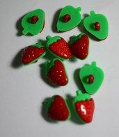 Bottoni fragola in plastica rossi e verdi 22mmX15mm. Buttons strawberry in plastic red and green 22X15mm..