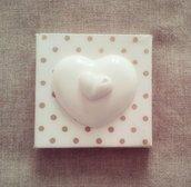Tela dipinta e decorata con cuore in gesso ceramico