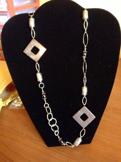 Collana lunga, metallo, pietre e perle