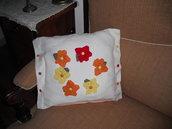 cuscino quadrato bianco con primule