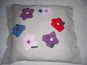 cuscino quadrato color sabbia con primule