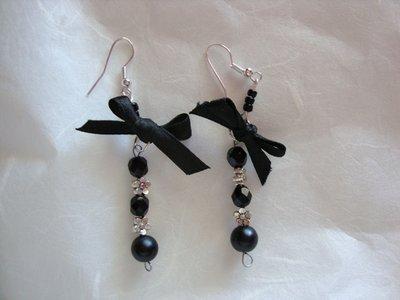 Orecchini pendenti neri con fiocchetto
