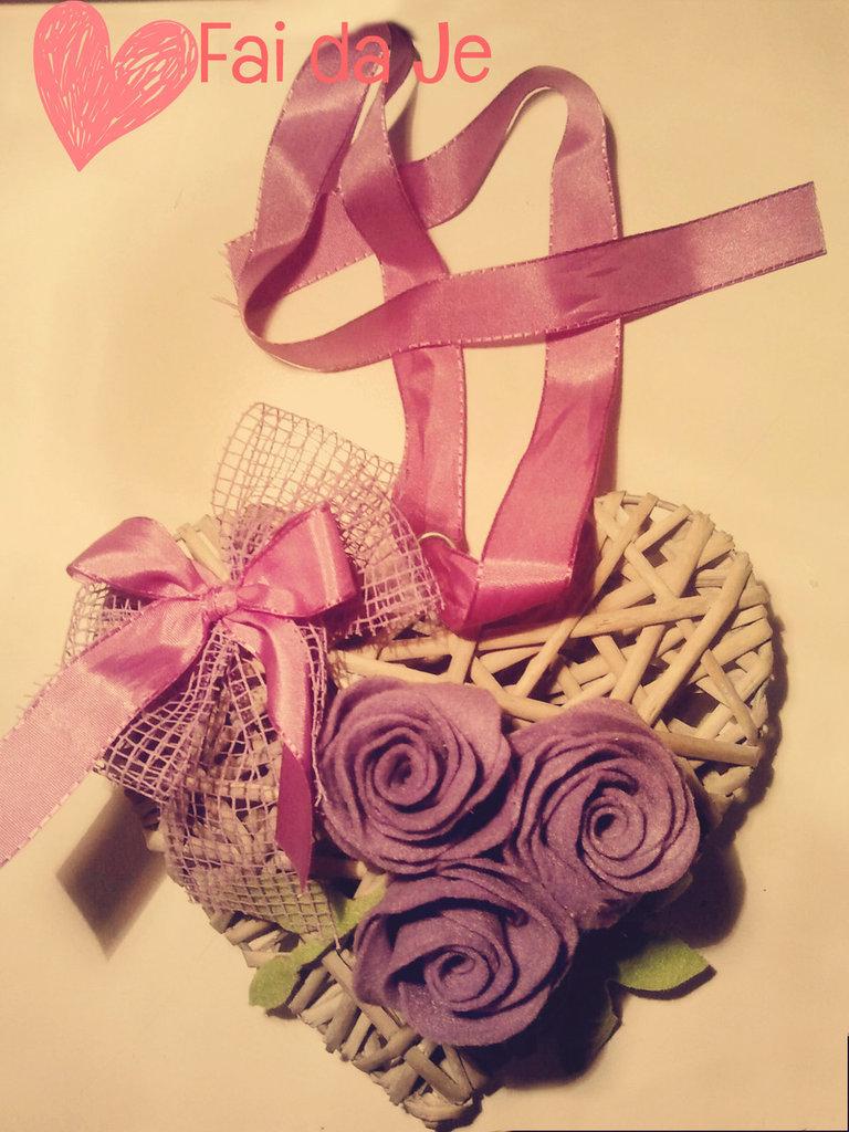 Cuore in vimini con rose di feltro viola, da appendere.