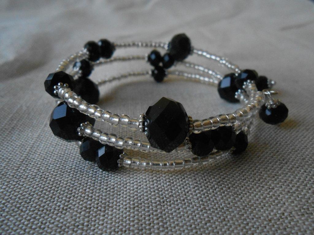 Bracciale memory   a tre giri con  cristalli neri e perline argento, idea regalo.