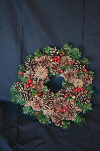 Ghirlanda natalizia per porta o centrotavola con pigne, abete e bacche rosse