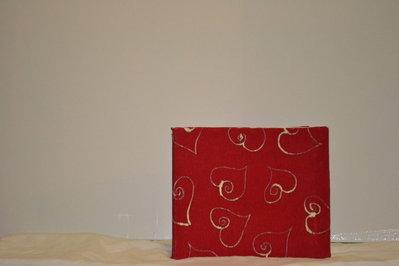 Album fotografico artigianale con carta crespa rossa e cuori