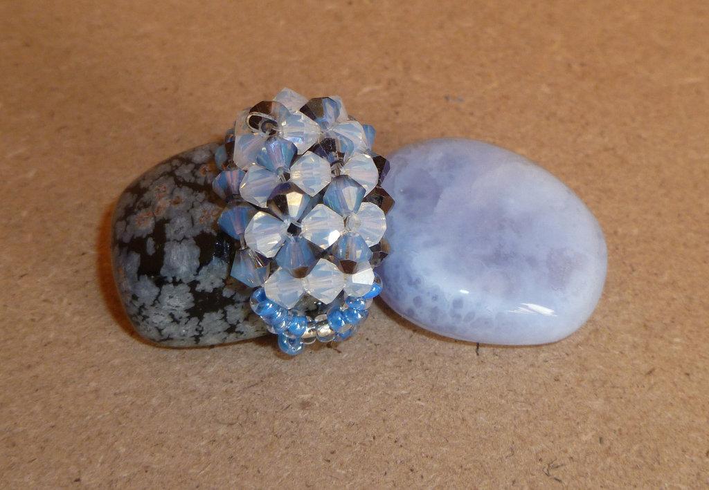 anello azzurro e grigio