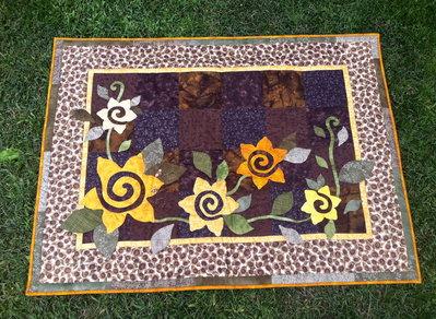 "quilt  trapunta  patchwork ""girasoli"" base marrone con girasoli gialli"
