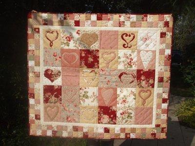 """quilt trapunta """"cuori celtici"""" con una tecnica patchwork denominata applique tonalità rosa e rosso"""