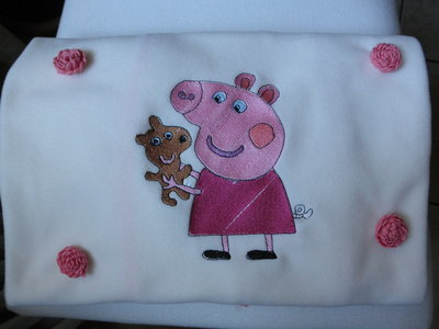 Copertina in pile panna,ricamata a telaio con Peppa Pig,coperta per culla o lettino