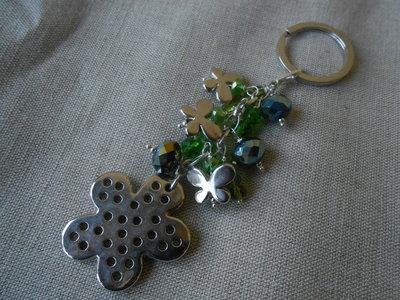 Portachiavi gioiello fatto a mano con cristalli verdi e fiore stilizzato , idea regalo.