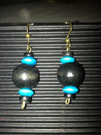orecchini con palline in legno nere e azzurre