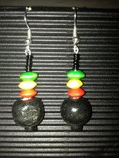 orecchini con palline in legno nero rosso giallo verde