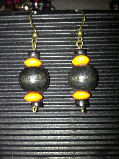 orecchini con palline di legno nere e arancione