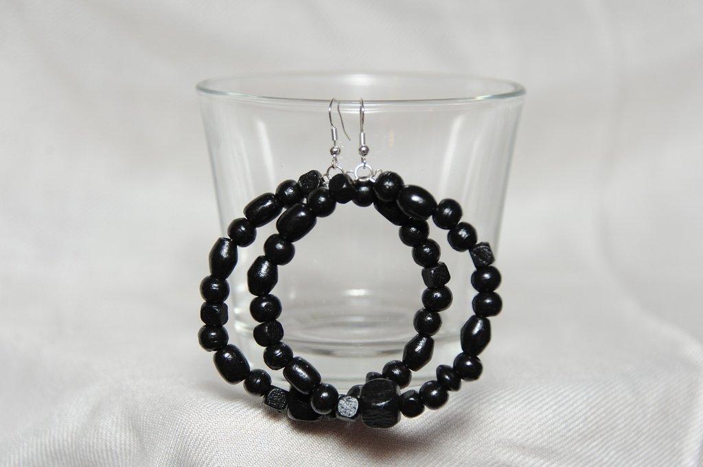 Orecchini neri con perle in legno