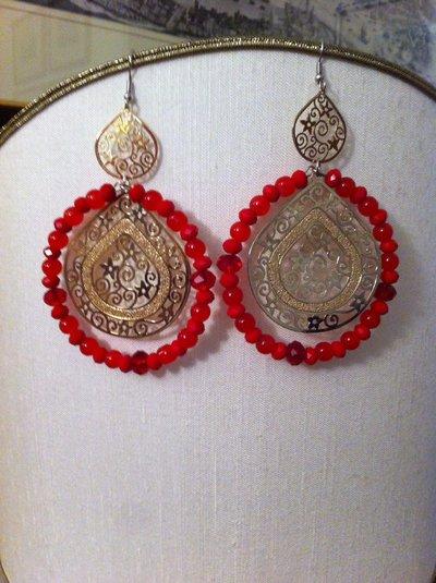 Orecchini pendenti fatti a mano con filigrane e cristalli