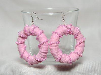 Orecchini rosa in cotone con perline