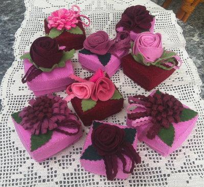 scatola di feltro decorata con fiori