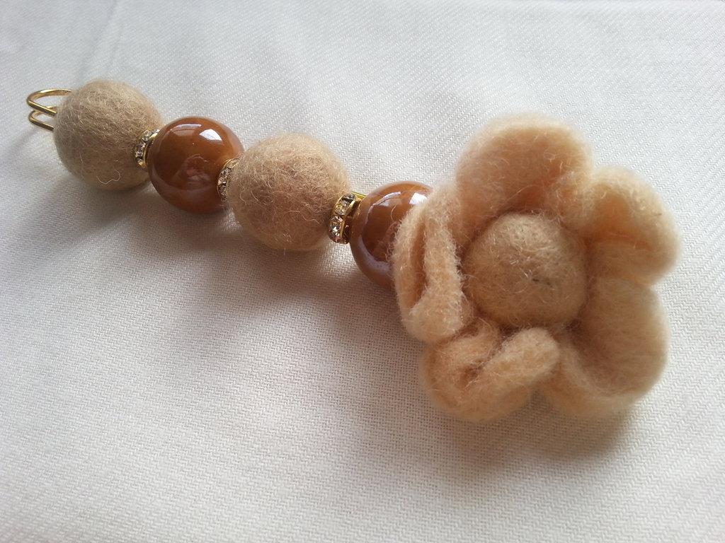 Flower beige pin