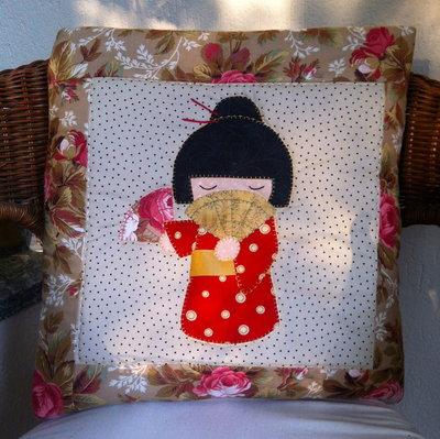 cuscino quillow kokeshi - un cuscino con dentro un plaid