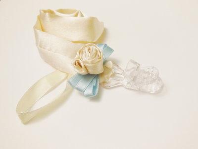 Portaciuccio da cerimonia in raso: l'accessorio elegante per un bebè a festa