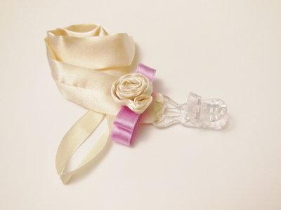 Catenella portaciuccio da cerimonia in raso: l'accessorio elegante per un bebè a festa