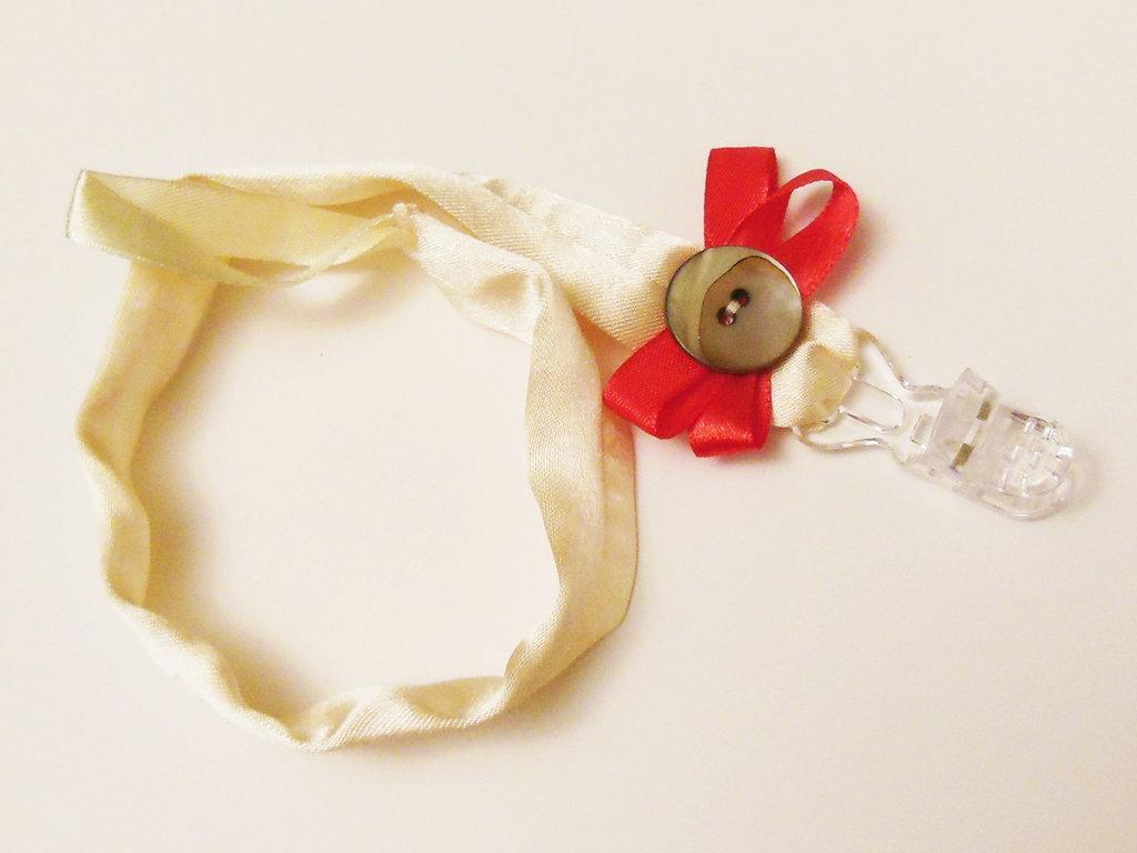 Catenella portaciuccio da cerimonia in raso: l'accessorio elegante per un bebè vestito a festa