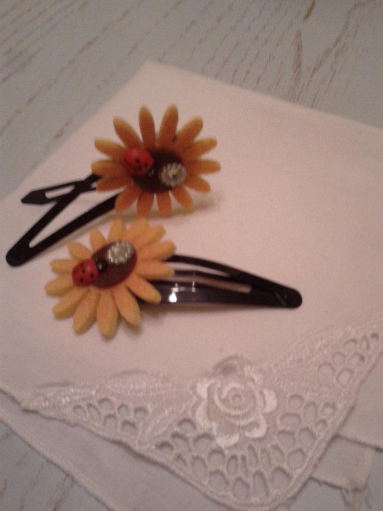 Mollette per capelli con piccolo girasole in feltro