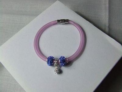 Bracciale in gomma color rosa con charms in cristalli Swarovski e chiusura calamitata in acciaio - cod. D11.