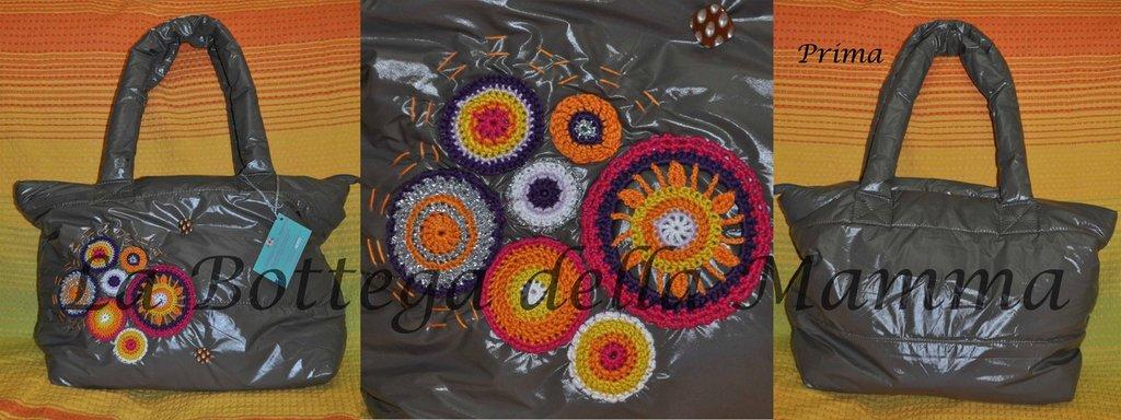 Borsa color fango con applicazioni multicolor in cotone