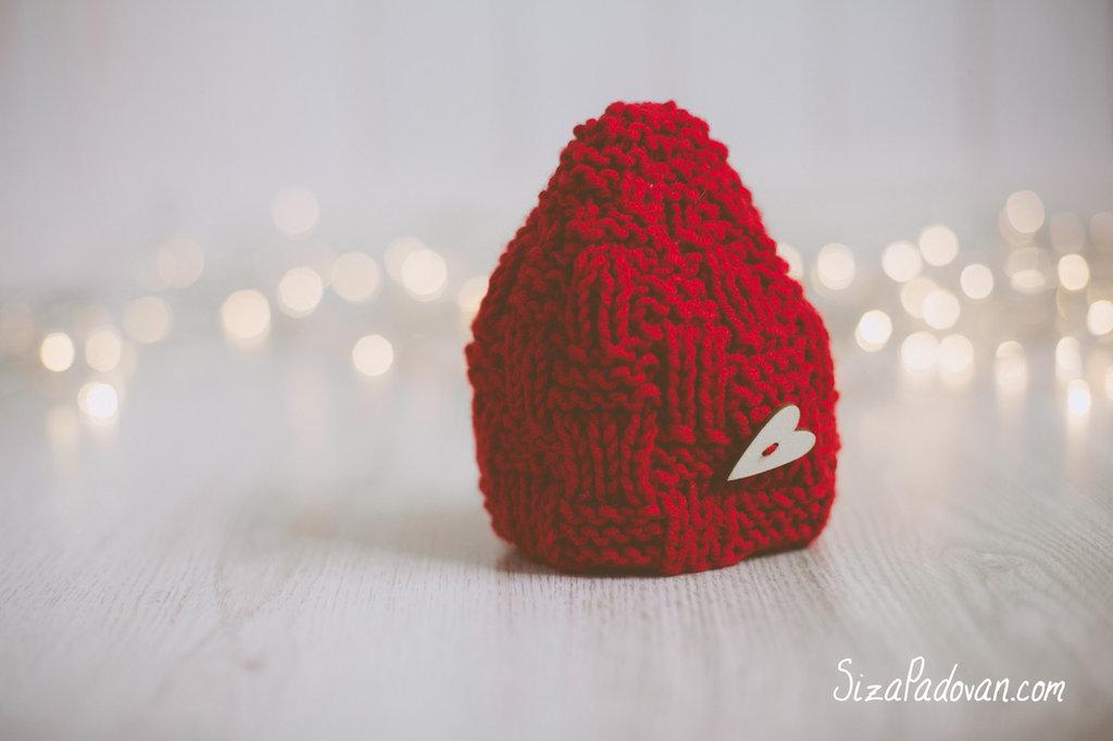 Capellino rosso con cuore