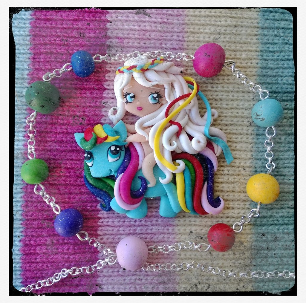 Collana con bambina su pony
