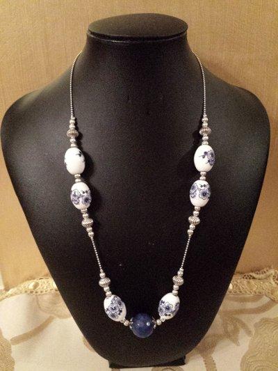 collana con agata blu e perle ovali in ceramica
