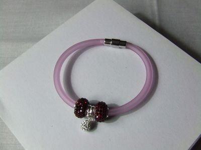 Bracciale in gomma color rosa con charms in cristalli Swarovski e chiusura calamitata in acciaio - cod. D13