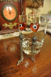 Orecchini pendenti con cuori di vetro e nappine in argento – Angelie