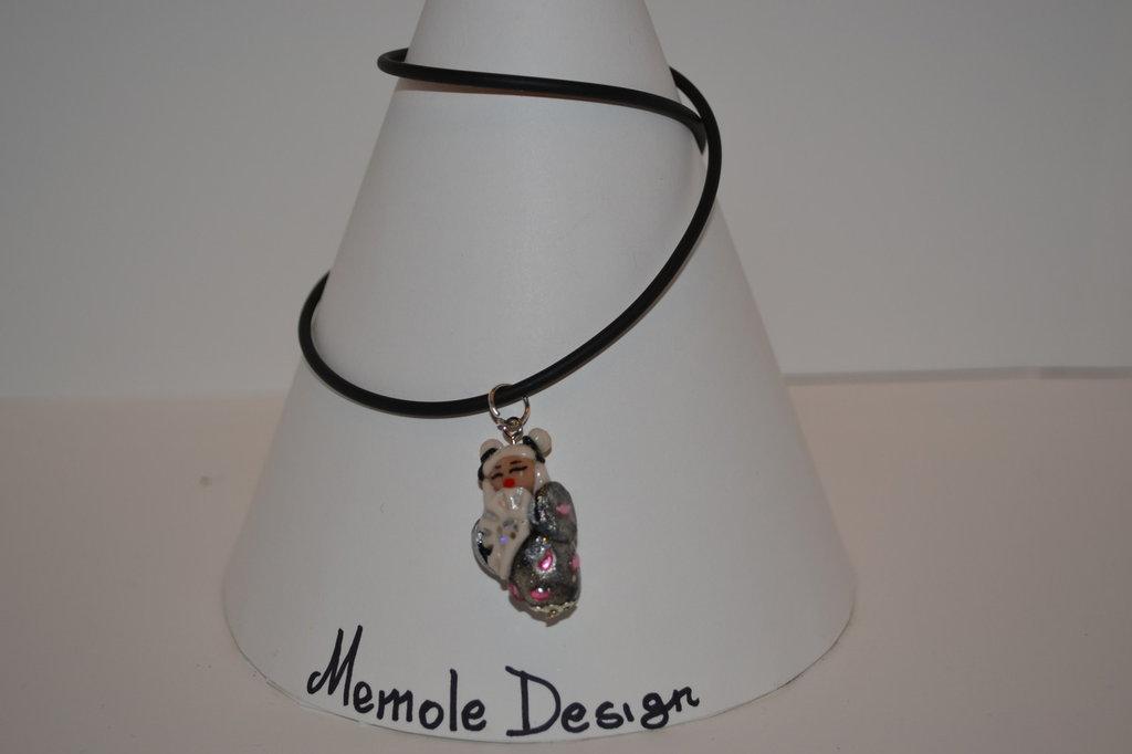 Collana in caucciu' con ciondolo rappresentante una kokeshi nera e argento Memole design