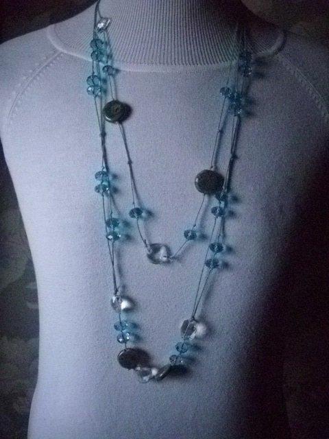collana lunga con cristalli azzurri