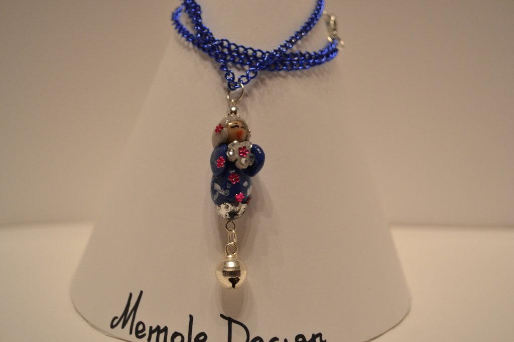 collana blu con kokeshi memole design