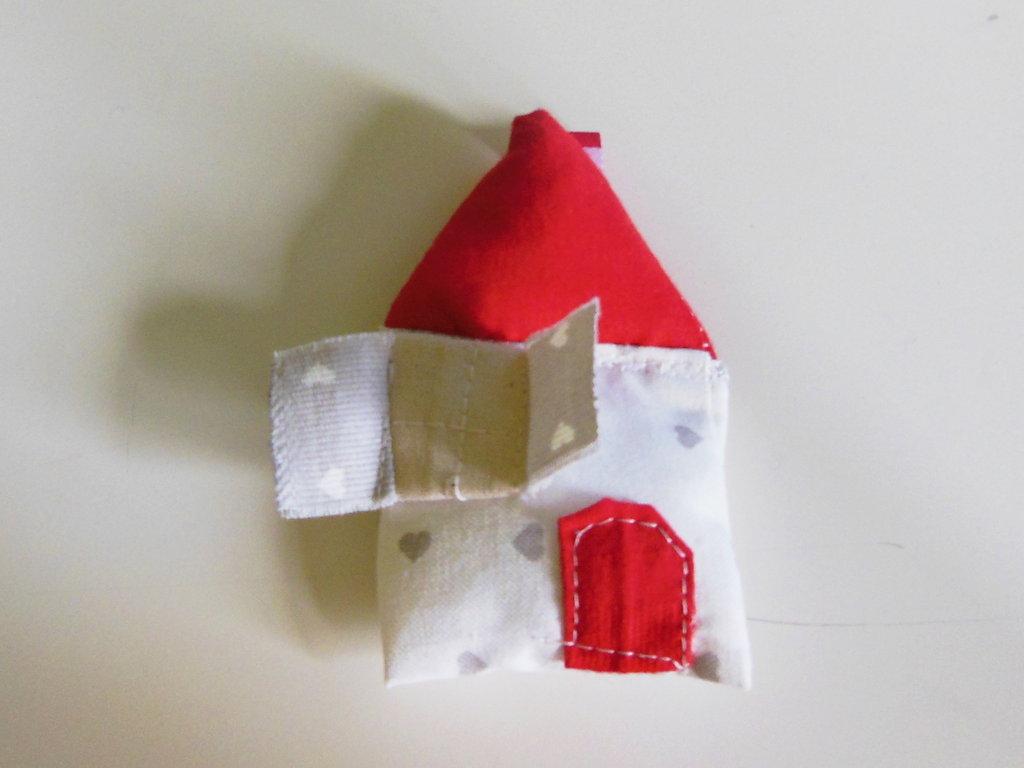 Accessorio per catenella portaciuccio in stoffa a forma di casa