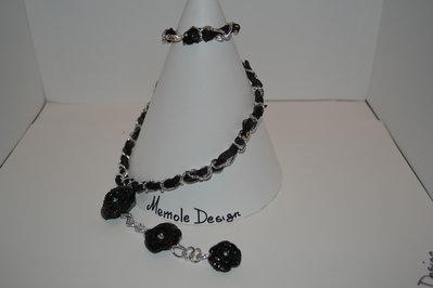 Collana in metallo color acciaio con rose nere in fimo Memole Design