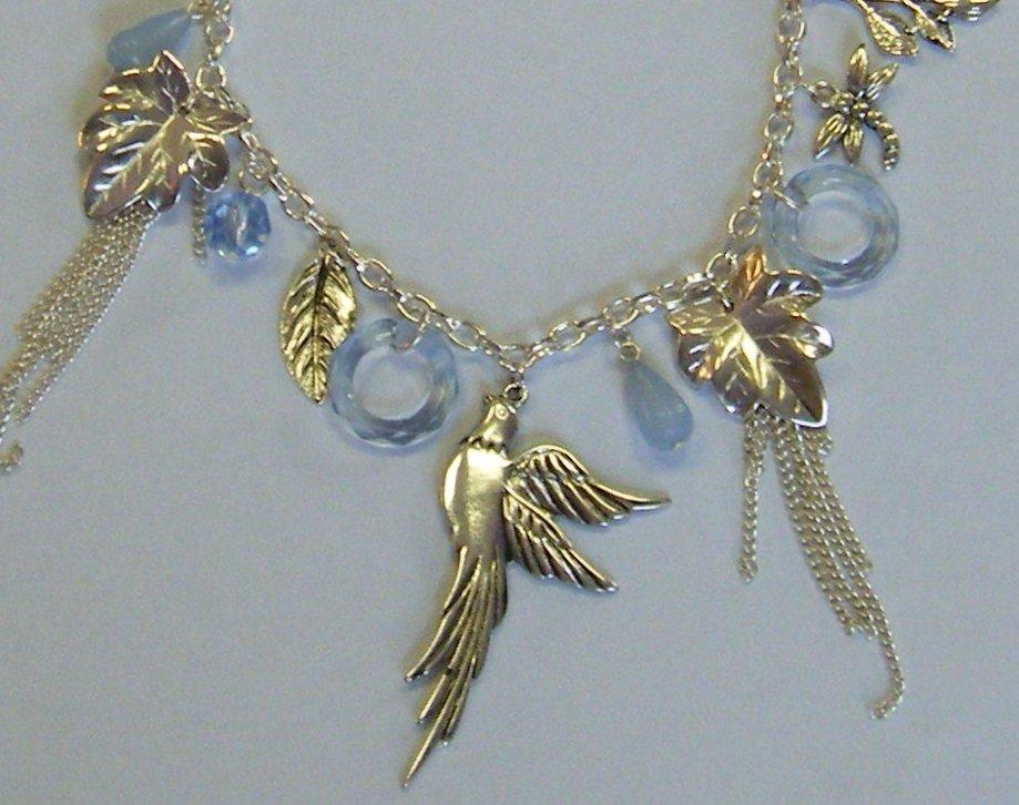 collana con catena in metallo colore argento e pendenti,charms, e perline