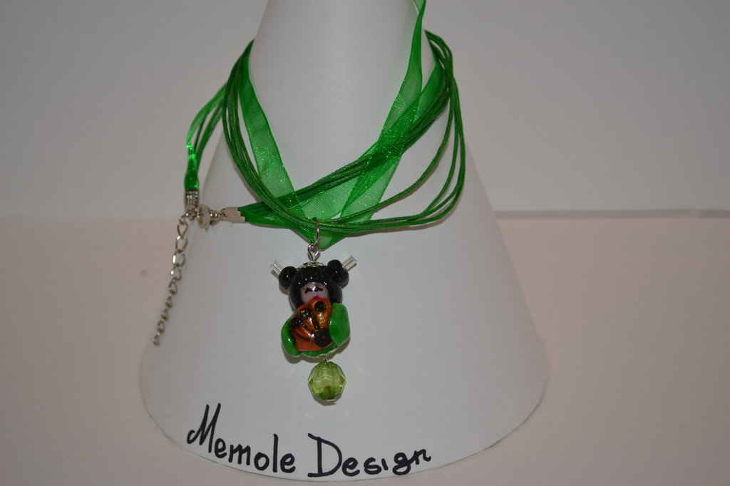 Collana in organza e cordoncino verde con ciondolo rappresentante una kokeshi verde Memole design