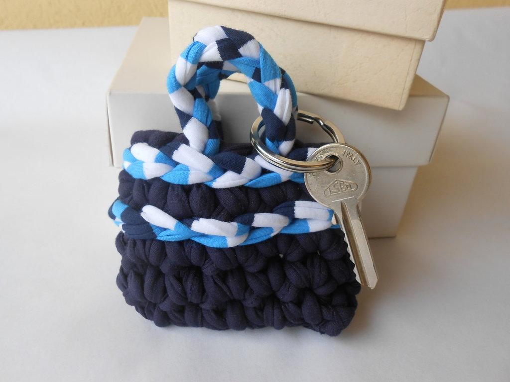 Portachiavi a forma di  borsetta  con fettuccia  blu   bianco azzurro ,idea regalo .